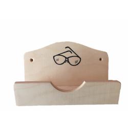 Drevená schránka na okuliare pred vstupom do sauny